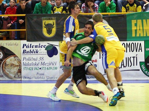 Házenkáři GUmáren Zubří (zelené dresy) v 8. kole remízovali s Duklou Praha 22:22.