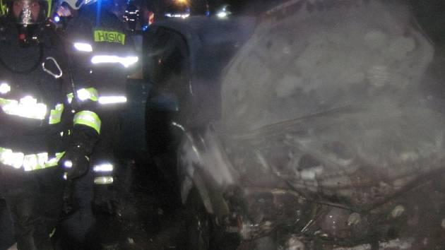 Požár vozidla zastavil provoz na komunikaci