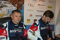 Vítězové Rocksteel 35. Valašské rally Jan Černý (vpravo) a Petr Černohorský na závěrečné tiskové konferenci.