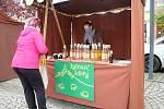 První farmářské trhy po uvolnění vládních omezení se uskutečnily ve Vsetíně v sobotu 16. května 2020. Prodejkyně sirupů Miroslava Sommerová je na podobných trzích jako doma.