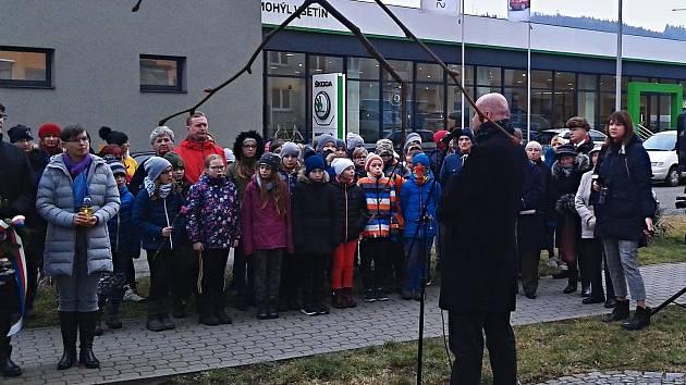 Pietní akt u příležitosti Mezinárodního dne památky obětí holocaustu ve Štěpánské ulici ve Vsetíně; pondělí 27. ledna 2020.