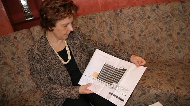 Vsetínská starostka ukazuje studii na rekonstrukci budovy Městského úřadu