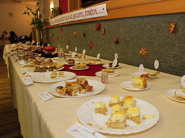 Na dvanáctém jarmarku v Lidečku se poprvé soutěžilo o nejlepší jablečnou buchtu, štrůdl koláč. V konkurenci osmadvaceti vzorků si prvenství odnesla Petra Františáková z Lidečka.