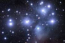 Otevřená hvězdokupa M45 Plejády s reflexními mlhovinami.
