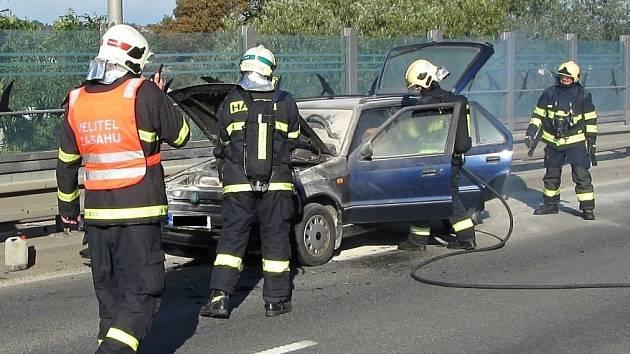 Požár osobního auta zablokoval v pátek 23. září 2016 ráno hlavní tah ve Valašském Meziříčí