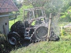 Požár traktor úplně zničil.