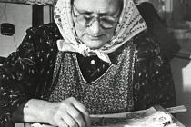 Na fotografii Františka Adamcová, jedna zpočetných zuberských vyšívaček