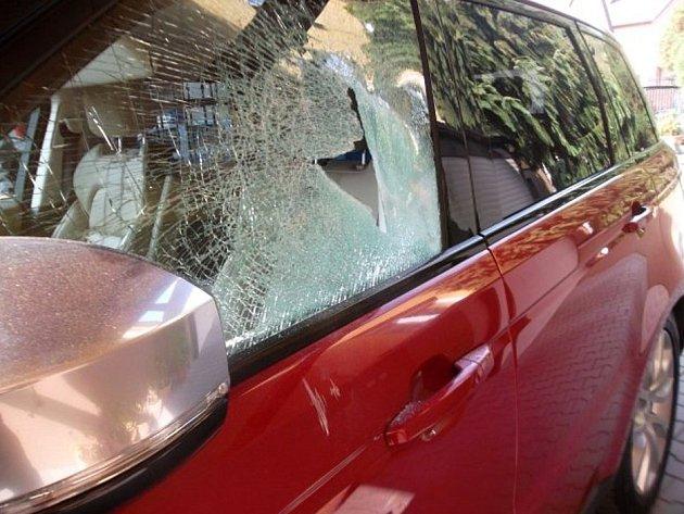 Okno Land Roveru na straně řidiče poničil vandal ve Valašském Meziříčí pravděpodobně kamenem; úterý 14. března 2017