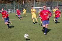 Fotbalisté Velkých Karlovic (žluté dresy) a Bystřice p. H. se rozešli smírně 0:0.
