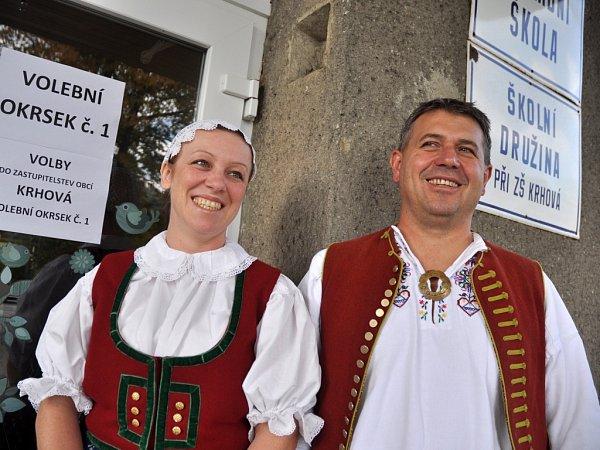 Manželé Pavlína a Ludvík Ryšicovi přišli vsobotu 11.října 2014do volební místnosti vKrhové na Mezřičsku ve valašském kroji.