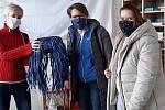 Pracovníci vsetínské Diakonie přebírají roušky darované firmou Sodecia.