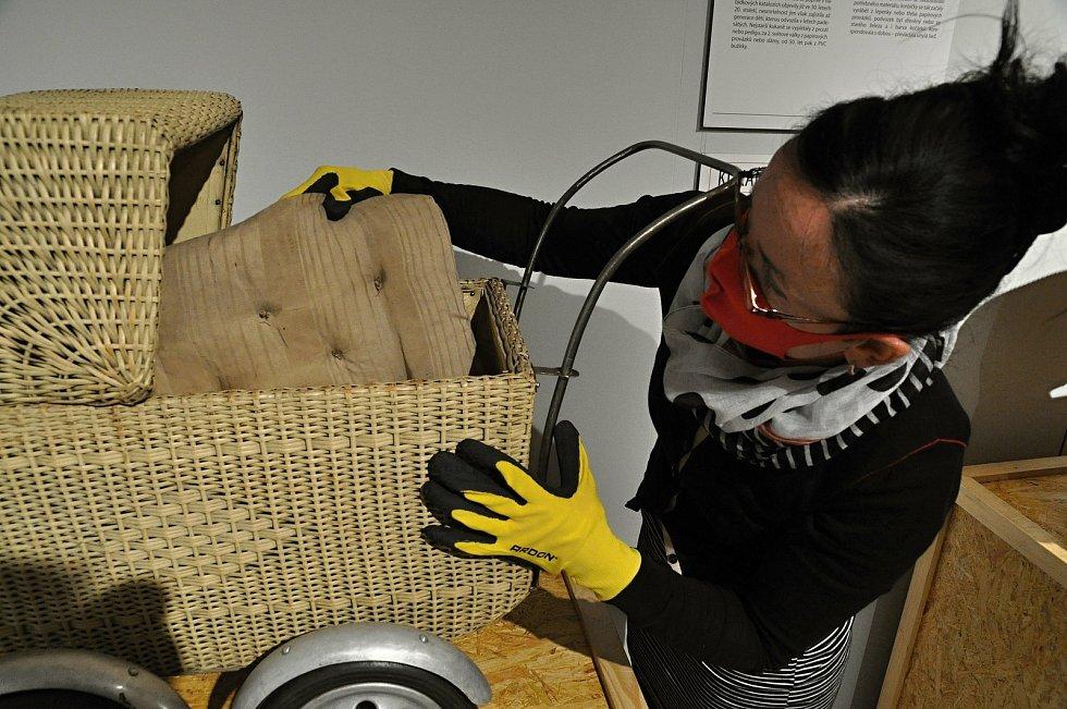 Kurátorka Muzea regionu Valašsko Olga Mehešová připravuje jeden z exponátů výstavy Až přiletí čáp ve vsetínském zámku.
