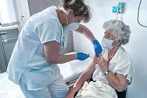 Zdravotníci ve Vsetínské nemocnici očkují seniory vakcínou proti koronaviru.