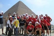 Výprava české juniorské reprezentace házenkářů u egyptských pyramid v Gíze.