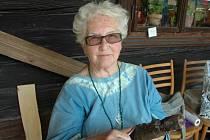Dřevo jí učarovalo až v důchodu. Do té doby pracovala členka valašského spolku Urgatina Naďa Ptáčková, absolventka Vyšší umělecké průmyslové školy v Brně, jako návrhářka hraček a učitelka.