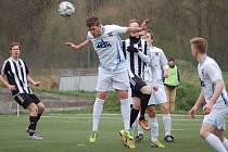 Rožnov (bílé dresy) doma porazil Holešov 2:0.