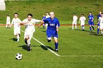 V zápase 1. B třídy mezi Valašským Meziříčí B (tmavé dresy) a Poličnou se potkala řada hráčů, kteří spolu působili v jednom klubu. Meziříčané nakonec vyhráli 2:0.