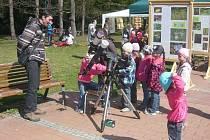 Malí pozorovatelé u nového slunečního dalekohledu vsetínské hvězdárny – Den Země 2012