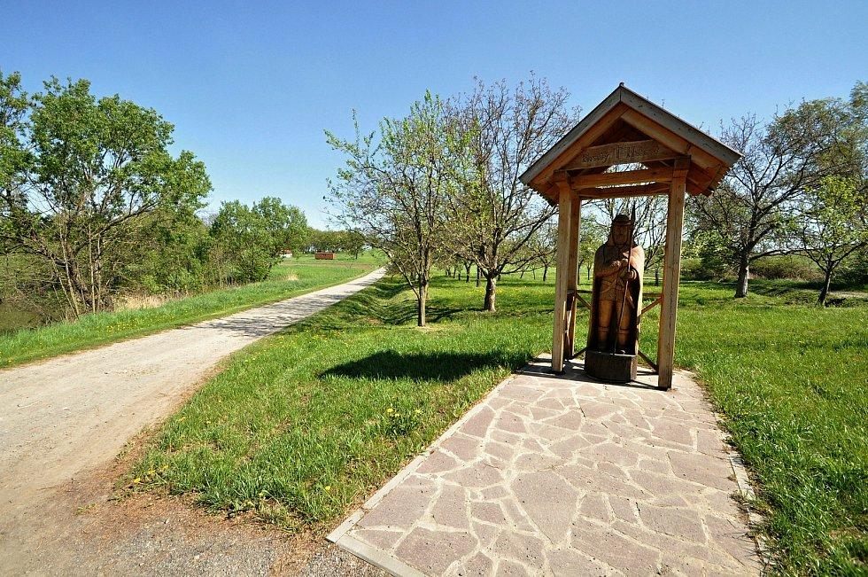 Dřevěná socha sv. Huberta, kterou obci Kladeruby věnoval místní řezbář Vlastimil Hrabovský. Stojí v místní části Osušník.