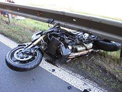 Motorkář letěl několik metrů a dopadl až na pole