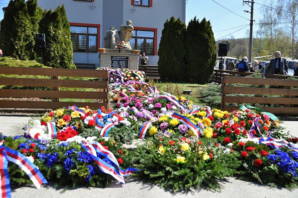 Památník obětem Prlovské tragédie pokrytý smutečními věnci po pietním aktu u příležitosti 74. výročí vypálení Prlova; sobota 20. dubna 2019