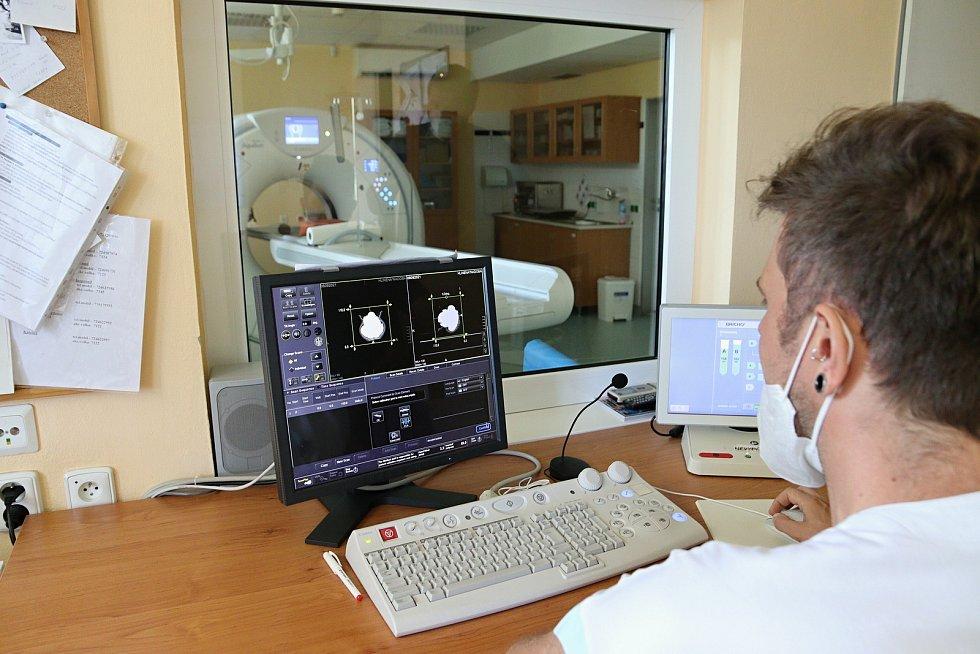 """Vedoucí radiologický asistent radiodiagnostického oddělení Nemocnice AGEL ve Valašském Meziříčí Tomáš Tejkl při CT """"vyšetření"""" nalezeného hrníčku s mincemi ze 14. století."""