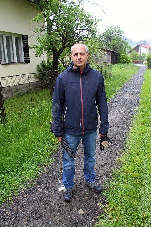 Obyvatelé Ústí u Vsetína likvidují 23. května 2019 následky velké vody. Starosta obce Zdeněk Srněnský zjišťuje škody přímo v terénu.