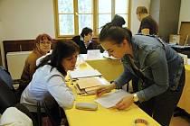 Členky volební komise komunikují v pátek 24. května 2019 s voliči při volbách do Evropského parlamentu ve volební místnosti na dopravním hřišti ve Valašském Meziříčí.