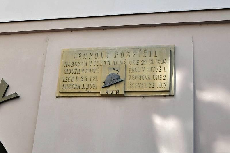 Valašské Meziříčí - pamětní deska na jednom z domů na náměstí připomíná legionáře Leopolda Pospíšila