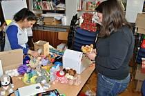 Pracovníci Diakonie a Charity na Valašsku rozdávali dárky dětem v nízkopříjmových rodinách.