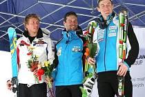 Sjezdař Martin Vráblík (uprostřed) po vítězném zlatém superobřím slalomu na mistrovství republiky ve Špindlu.