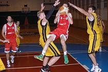 II. liga basketbalistů: BK Val. Meziříčí (žluté dresy) vs. KK Jasenice.