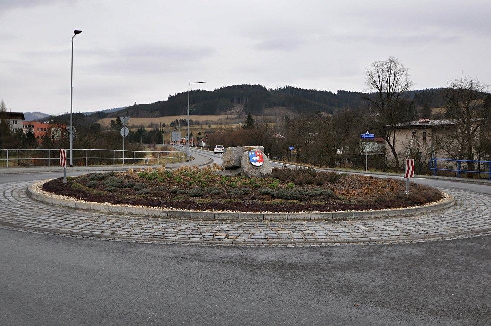 Hovězí - kruhový objezd. Stavba rondelu vyvolala v roce 2017 diskuze o jeho potřebnosti. Podle starosty obce se ale osvědčil a přispěl ke zklidnění dopravy a větší bezpečnosti chodců.