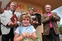 V Huslenkách slavnostně otevřeli zrekonstruovanou budovu mateřské školy. Čtyřletá Adéla Macečková přílišnou trémou nertrpěla. Publikum dokonce pobavila krátkým proslovem