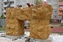 V rámci rekonstrukce dětského hřiště ve vsetínském sídlišti Rokytnice instalovali pracovníci dodavatelské firmy také novou atrakci - lezeckou stěnu