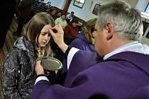 Farář Vlastimil Vaněk uděluje o Popeleční středě 22. února 2012 popelec věřícím ve farním kostele Proměnění Páně ve Zděchově.