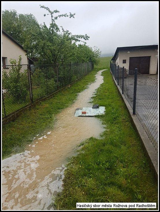 Hasiči z Rožnova pod Radhoštěm vyjížděli ve středu 22. května 2019 od dopoledních hodin k několika zaplaveným komunikacím na Rožnovsku. V rožnovské ulici Lipová zaplavovala voda místní Camp. Hasiči vodu odklonili do kanalizace pomocí pytlů s pískem. Na řa