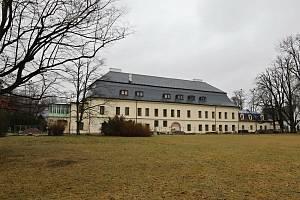 Řemeslníci pokračují v rozsáhlé rekonstrukci zámku Kinských ve Valašském Meziříčí, květen 2021. Následovat bude stěhování sbírek do depozitářů a instalace nové expozice.