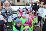 Mikulášský den před vsetínským domem kultury si v pátek dopoledne užívaly zejména děti. Pracovníci Střediska volného času Alcedo připravili program pro nejmenší i ty odrostlejší.