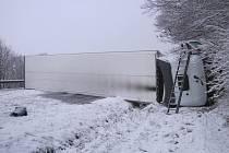 Portugalský kamion se převrátil na bok.