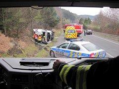 Dodávkové auto se převrátilo na bok do příkopy při jízdě po silnici mezi Vsetínem a Valašským Meziříčí. Při nehodě poblíž Vsetína se zranili tři lidé.