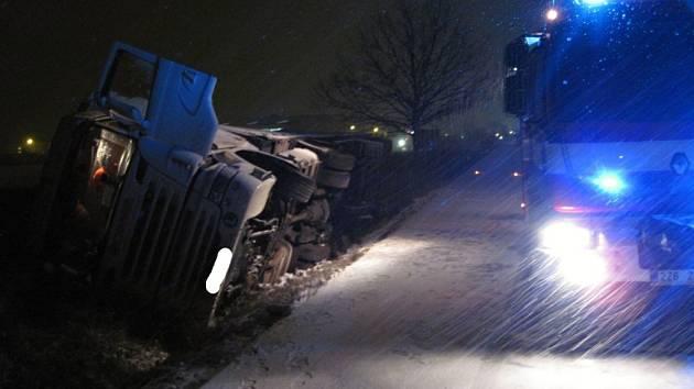 Při nehodě u Lešné se ve středu 30. listopadu 2016 převrátil kamion