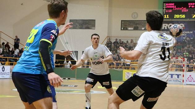Extraligoví házenkáři Zubří (v bílém) v úvodním sobotním duelku čtvrtfinále play-off porazili Frýdek-Místek 28.23