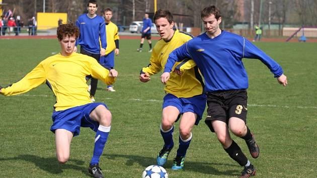 Derby mezi Valašským Meziříčím B (žluté dresy) a Juřinkou skončilo remízou.