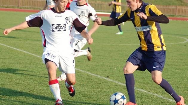 V utkání divize E fotbalisté Valašského Meziříčí (bílé dresy) porazili Opavu B 2:1.