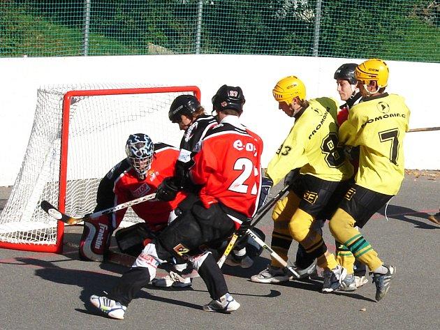 Hokejbalisté Vsetína (ve žlutém)