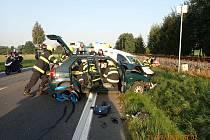Záchranáři zasahují v pondělí 21. září 2020 ráno u Stříteže nad Bečvou, kde se na silnici I/35 čelně střetla dvě osobní auta.