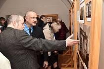Zahájení výstavy fotografií Libora Cabáka snázvem Zmizelá židovská stopa, v níž autor zvětší části zaniklé židovské dědictví zejména na Valašsku. Výstava je kvidění v Muzejním a galerijním centru Zámku Žerotínů; 16. února 2020
