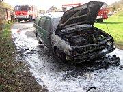 Hasiči likvidují požár osobního auta na cyklostezce v Huslenkách; pondělí 8. dubna 2019