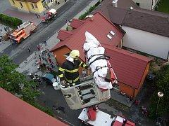 Záchrana muže z hořícího bytu v 9. podlaží ve Valašském Meziříčí